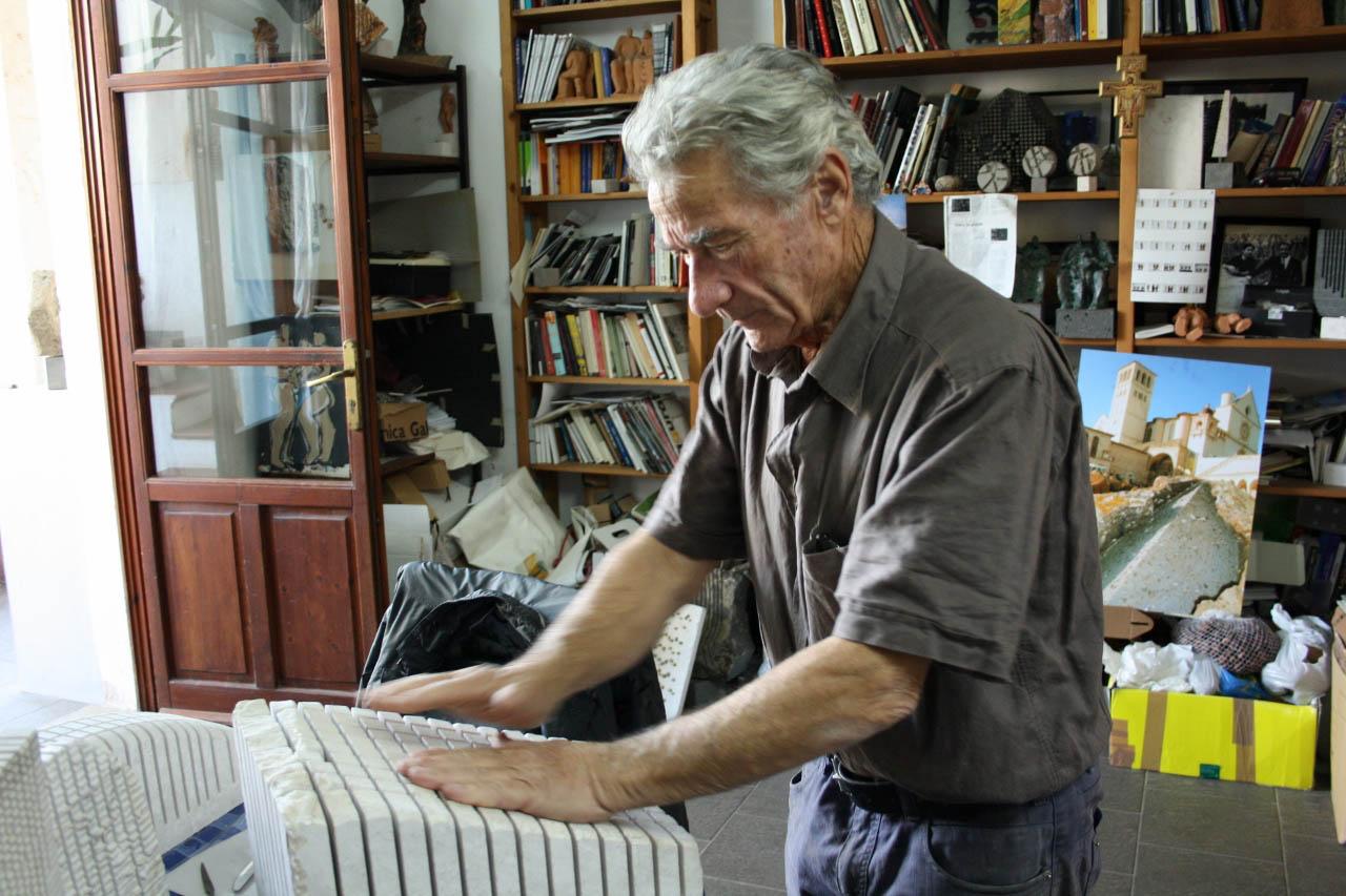 Pinuccio Sciola nella sua casa-laboratorio suona una pietra sonora realizzata in calcare